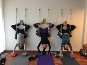 yoga y postura de cabeza en cuerdas